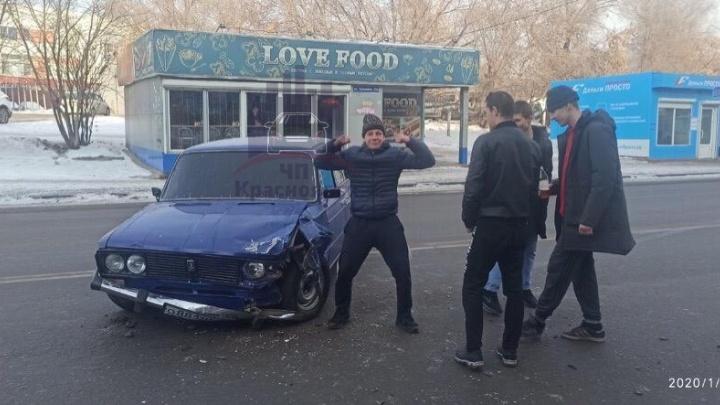 «Веселые» подростки без прав на ВАЗ подбили Duster и устроили фотосессию на их фоне