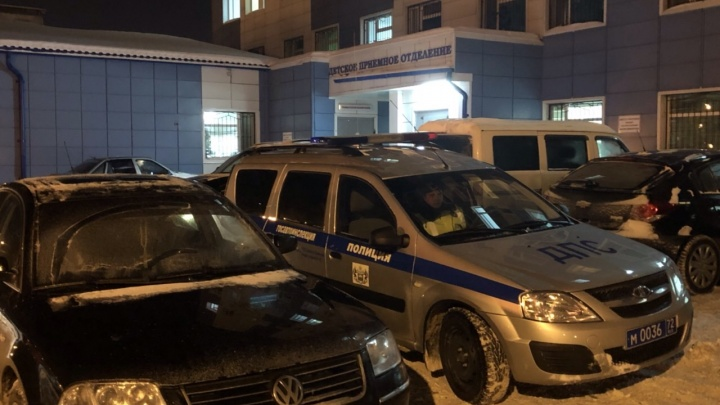 Двухлетнюю девочку, брызнувшую в глаз клеем, доставили в тюменскую больницу в сопровождении ДПС