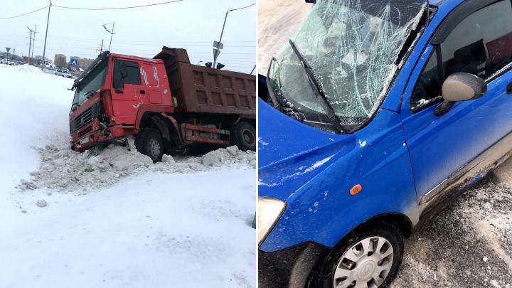 На перекрестке у Преображенского грузовик протаранил малолитражку: момент ДТП снял видеорегистратор
