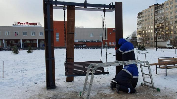 «На них надо сидеть, а не раскачиваться»: в Архангельске чинят новые качели за 250 тысяч рублей