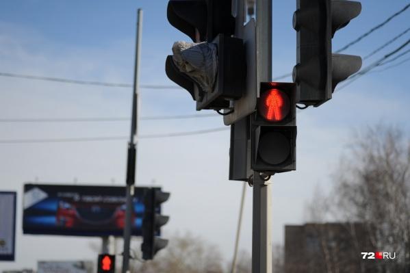 По словам очевидцев, в момент ДТП на светофоре горел красный свет