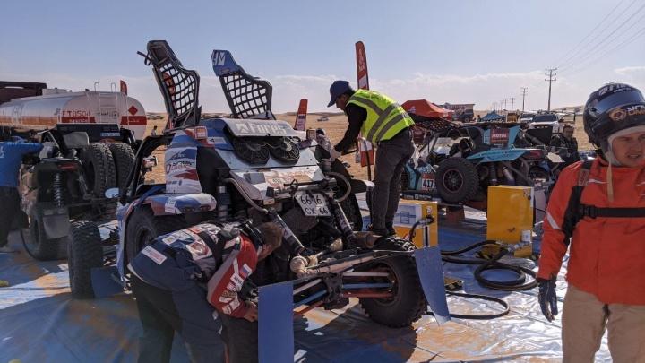 «Машина не выходит на максимальную скорость»: Сергей Карякин потерял лидерство на «Дакаре»