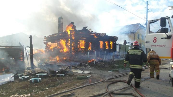 В Арамиле мощный пожар уничтожил деревянный дом и спалил крышу у соседнего коттеджа