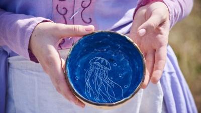 «Покажи свой Instagram»: омичка создаёт авторскую посуду с рисунками иотпечатками листьев