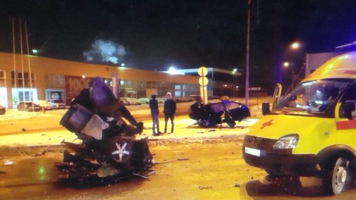 В Перми автомобиль разорвало пополам после удара о столб. Водитель и пассажир — в больнице