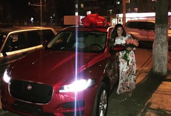 Волгоградка Елена Исинбаева подарила сестре роскошныйJaguar с красным бантом