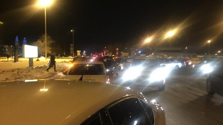 Пассажирам проще дойти пешком: на подъезде к Кольцово выстроились гигантские пробки