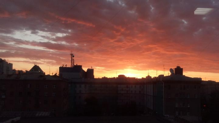 Фото: красивый рассвет над городом заворожил новосибирцев