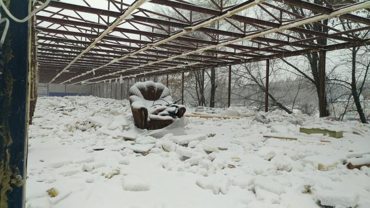 Остался только каркас: на улице Ташкентской завершают снос мебельного рынка