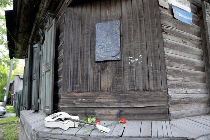 Мемориальная доска на углу дома, где жила Янка Дягилева