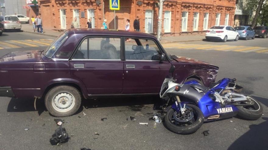 В центре Уфы мотоциклист попал под колеса ВАЗа, последствия аварии сняли на видео
