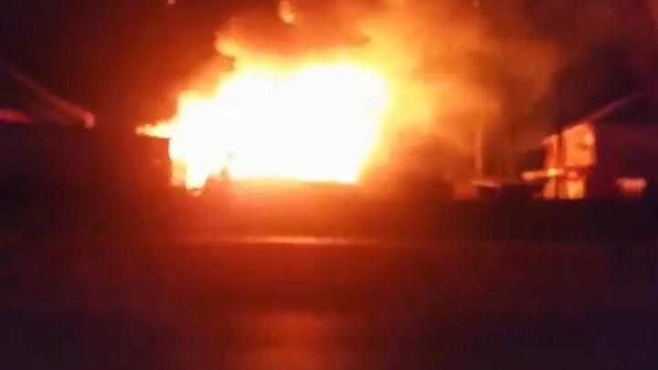 В Пермском районе горящий дом тушили 40 пожарных. Видео