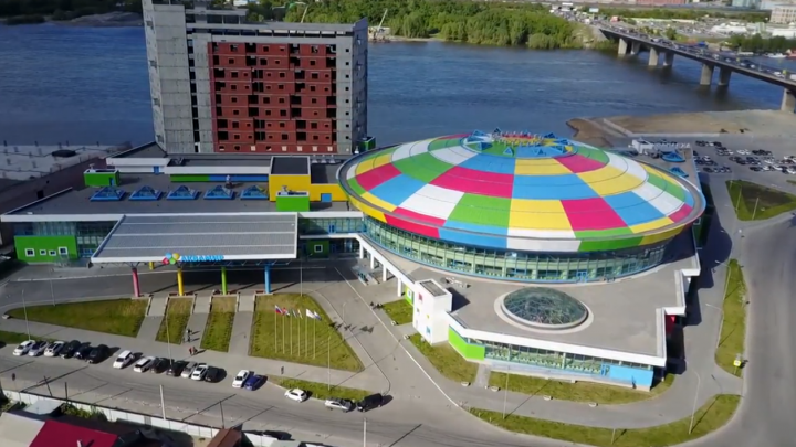 Красноярский дрон снял захватывающий ролик над новосибирским аквапарком