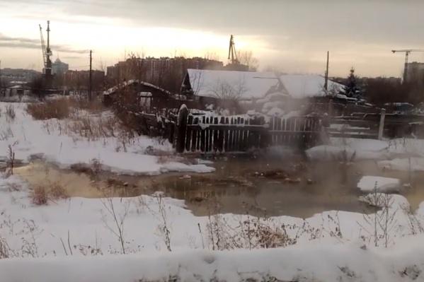 Горячая вода из ливневой канализации собирается у частных домов
