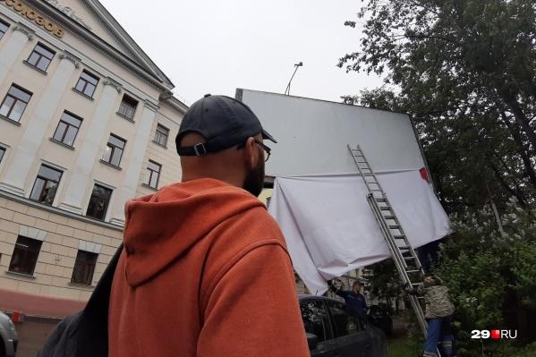 Баннер не провисел в Архангельске и суток