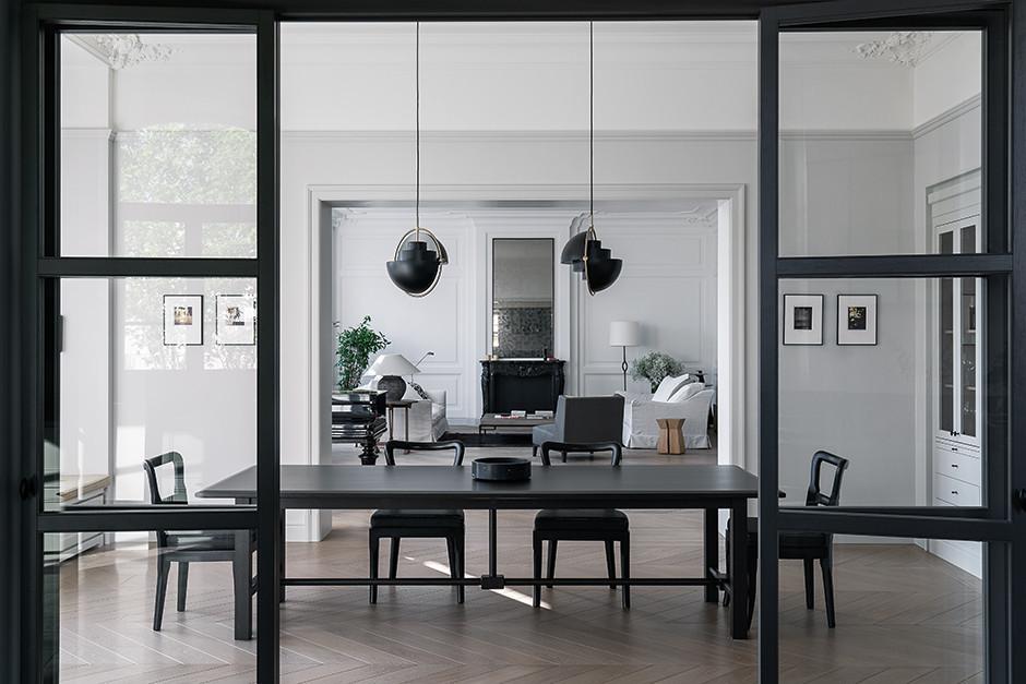 Вид из кухни на столовую и гостиную. Подвесные светильники, дизайн Луи Вайсдорфа, Gubi. Стулья, Promemoria. Гипсовая лепнина имитирует панели буазери, сделана по чертежам архитектора в мастерской «Хнум»