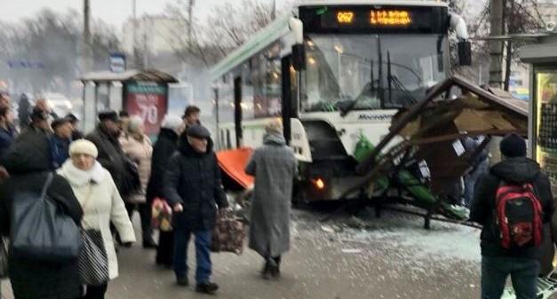 В Москве автобус врезался в остановку и сбил людей