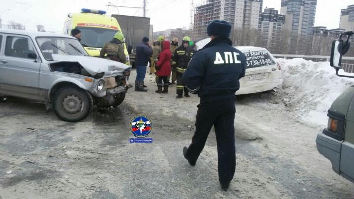 Пассажир «Ниссана» попал в больницу после жёсткой аварии на Сибиряков-Гвардейцев
