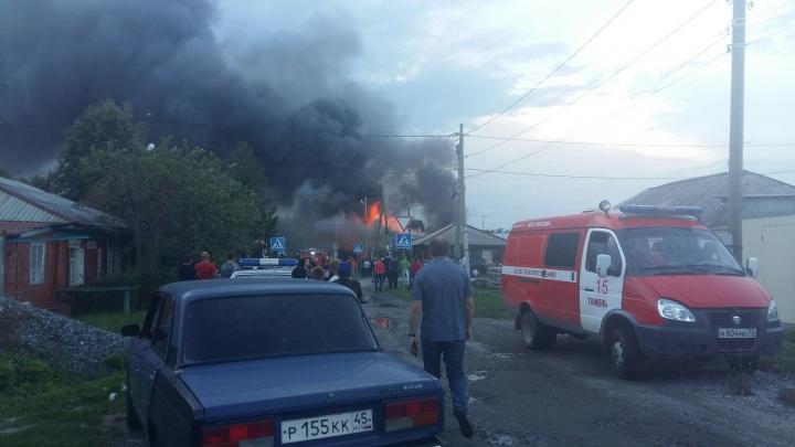 «Спецмашины ревут, люди не дают проехать МЧС»: на Червишевском тракте произошел серьёзный пожар