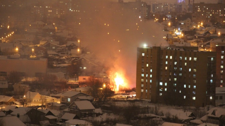 «Пламя озарило весь частный сектор»: в крупном пожаре в Волжском переулке погиб мужчина