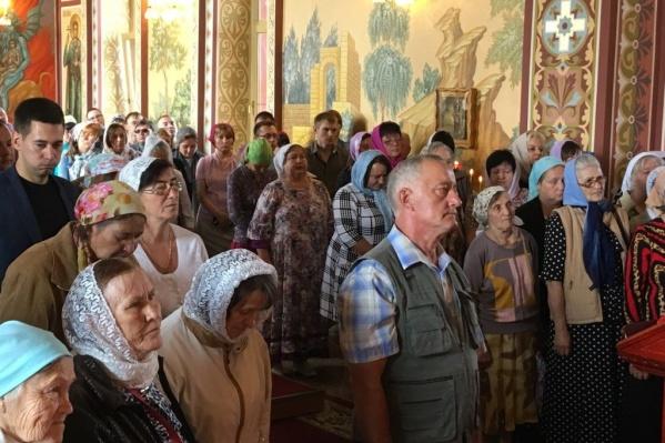 Службу вхрамеИоанна Воина в Садах Придонья посетили десятки верующих