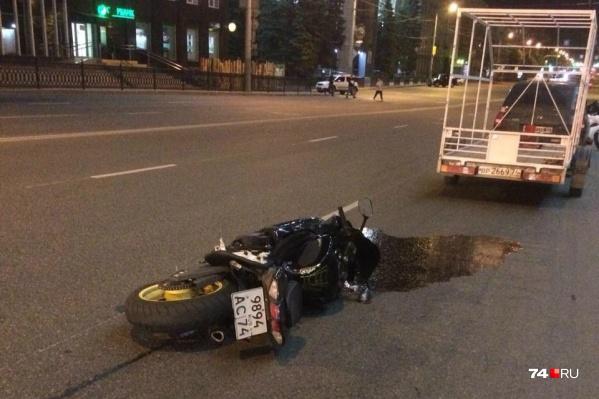 В результате аварии с «Логаном» мотоцикл упал, его водитель получил травмы