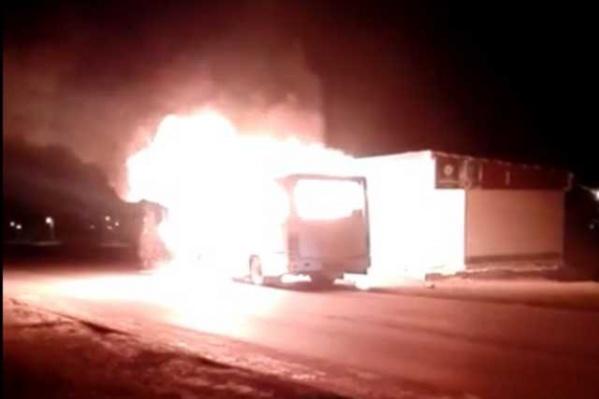 Два отряда прибывших пожарных одолели пламя, но от машины остались одни головешки