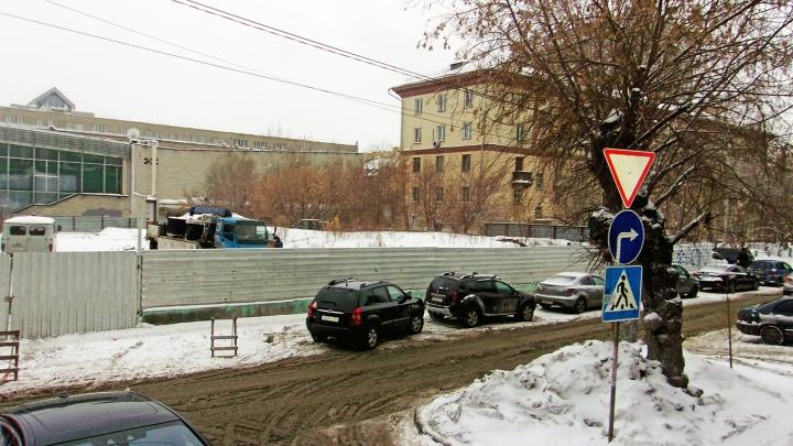 На вечном пустыре около кинотеатра Маяковского начала работать строительная техника