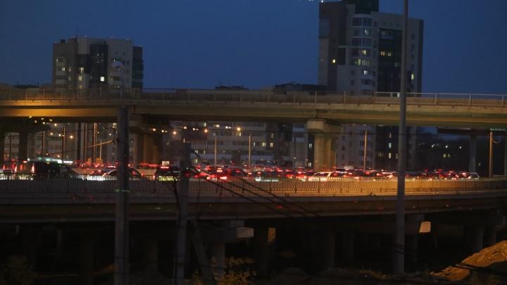 Челябинск встал в девятибалльных пробках в пятничный час пик