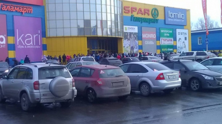 В Челябинске второй раз за день эвакуировали людей из торгового комплекса