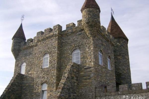Дом выглядит как средневековый замок