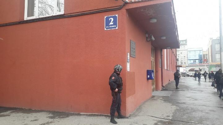 Здание Госбанка на площади Ленина оцепили бойцы Росгвардии