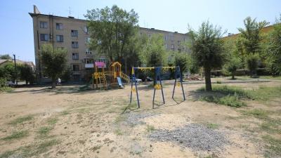 «Коммунальщики закрыли глаза»: в Волгограде уникальный городок для детей сменили на типовую площадку