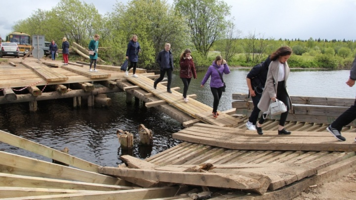 «Надоело!»: жители Лесозавода № 29 рассказали, каково это — зависеть от хилых мостов