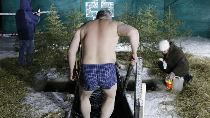 В трусах перед крестом: фоторепортаж с крещенских купаний в Архангельске