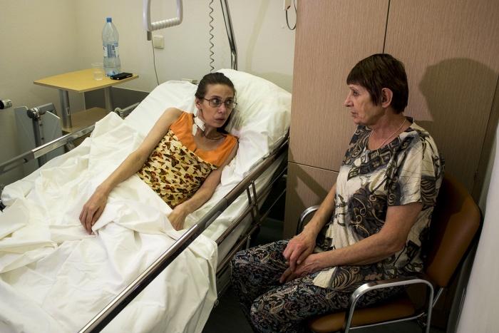 У постели Ольги по очереди дежурили мать (на фото) и муж