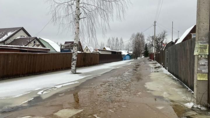 «Я дальше не поеду. Мы плывем!»: шокирующие кадры из затопленного ярославского поселка