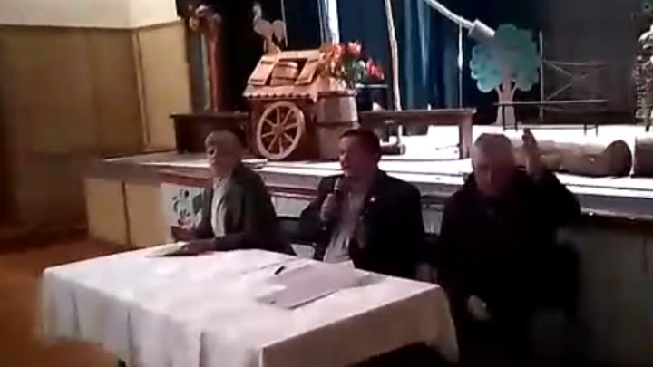 «Вы ко мне силу будете применять?»: в Башкирии депутата скрутили на собрании за видеосъемку