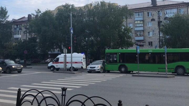 Тюменка попала в больницу после столкновения с автобусом на улице Республики