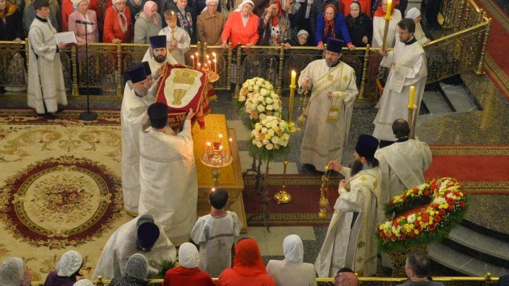 В Свято-Троицком кафедральном соборе Екатеринбурга началось главное Пасхальное богослужение