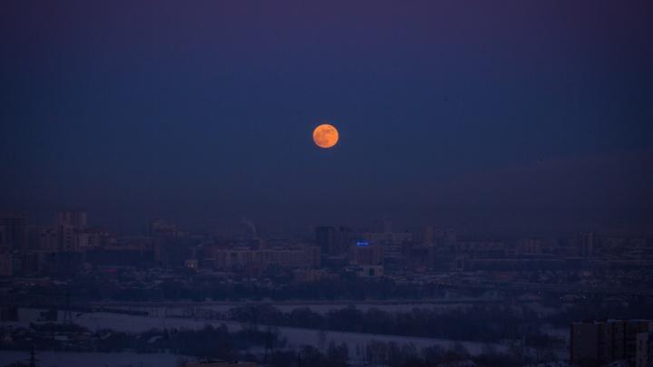 Кровавая Луна взошла над Россией: публикуем фото суперлуния и затмения со всей страны