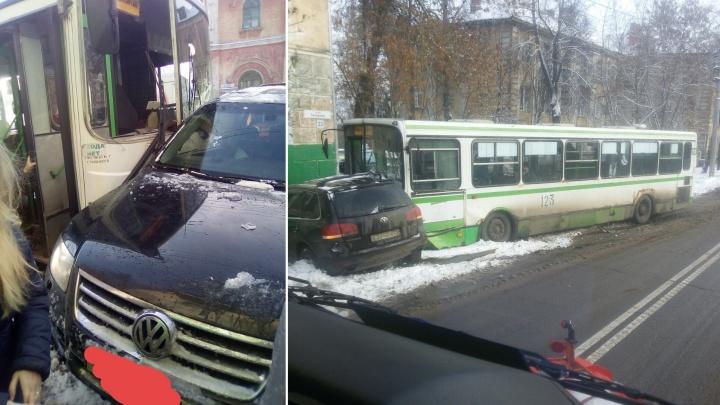 Автобус помят, внедорожник тоже: в Рыбинске в аварии пострадала пассажирка