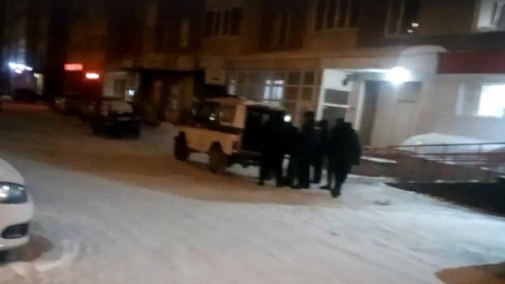 «Он был с ножом»: тюменцы сняли на видео задержание посетителя «Магнита», повздорившего с охраной