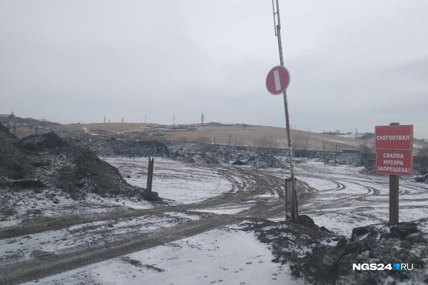 Жители жалуются на грязь, шум и неработающий шлагбаум