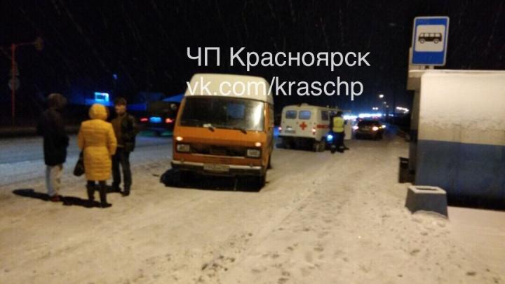 Неопытный водитель ВАЗа устроил массовую аварию на заснеженной трассе под Красноярском