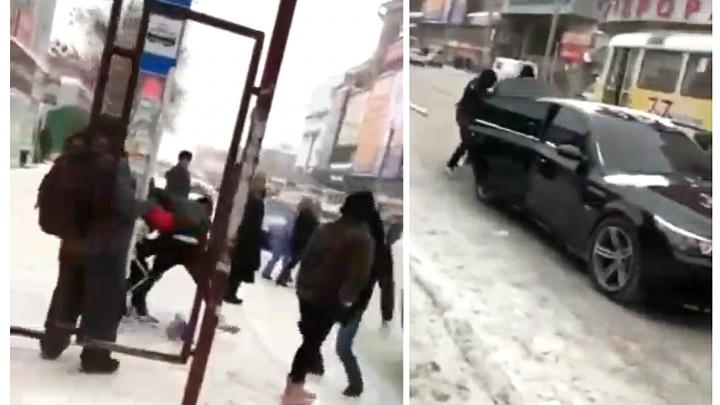 Самарцы сняли на видео, как у ТЦ «Аврора» неизвестные затолкали в багажник человека и скрылись