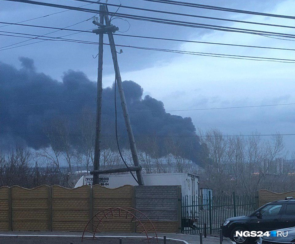 Черный дым продолжает застилать город