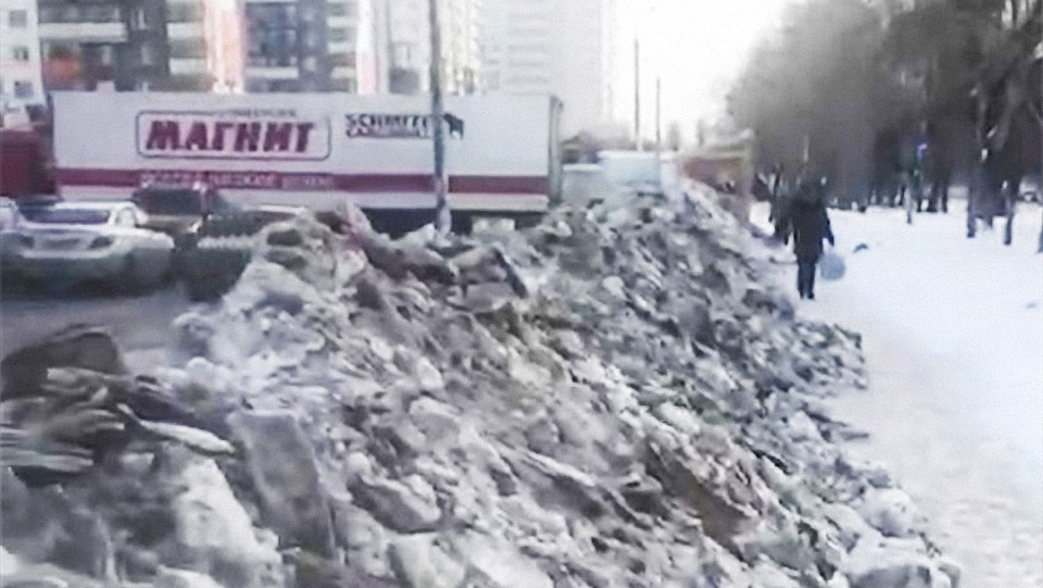 Гору грязного снега с парковки перебросили на тротуар