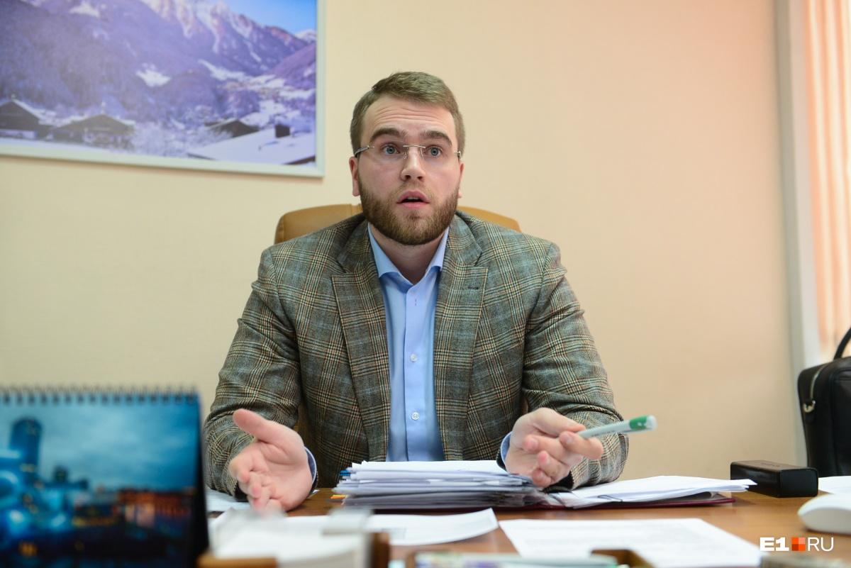 До «Спецавтобазы» Вихарев работал исполнительным директором компании «Финансы и право», занимал руководящие должности в управляющей компании и на асфальтобетонном заводе Брянска