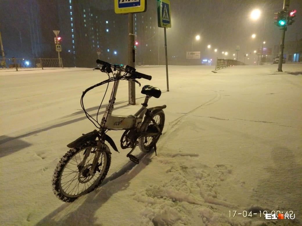 Велосипедисты жалуются на скользкую дорогу. Приходится снова ставить зимние колеса